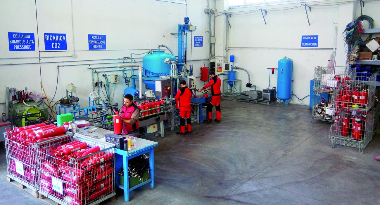 Manutenzione estintori in corso